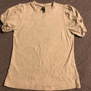 Fitted shirt with knotted sleeves.
